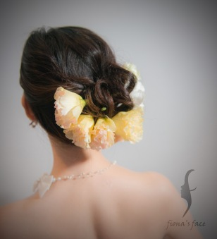 Low loose bun side part wedding hairstyle with flowers Simple but elegant for a young bridal look~ 簡潔高貴側低髻造型 中度頭髮長度也沒問題 襯上粉色桔梗花~婚紗晚裝也可以~